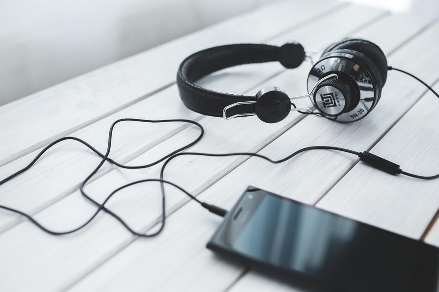 smartphone-vintage-technology-music-1